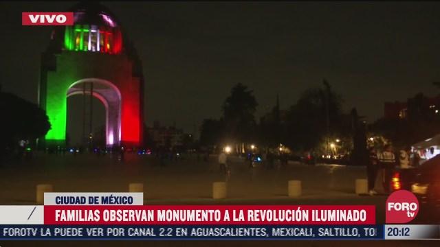 disfrutan iluminacion del monumento a la revolucion