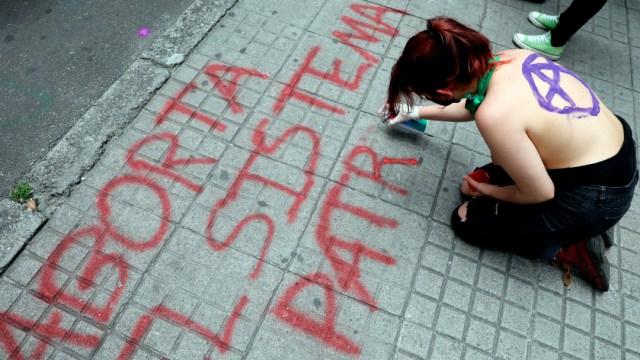 Las tres causales por las que está permitido el aborto en Colombia son que el embarazo ponga en riesgo la vida o la salud de la mujer; cuando la gravidez es producto de violación o incesto, y en caso de malformaciones fetales graves