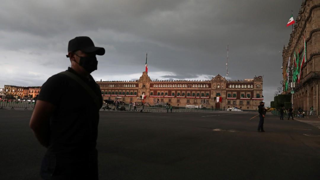 Guardias de seguridad resguardan la Plaza de la Constitución