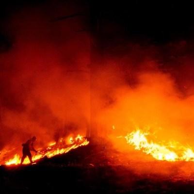 Enorme incendio forestal en California amenaza a más de mil viviendas