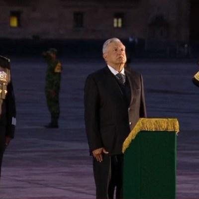El presidente Andrés Manuel López Obrador izó la bandera de México a media asta en el Zócalo de la CDMX.
