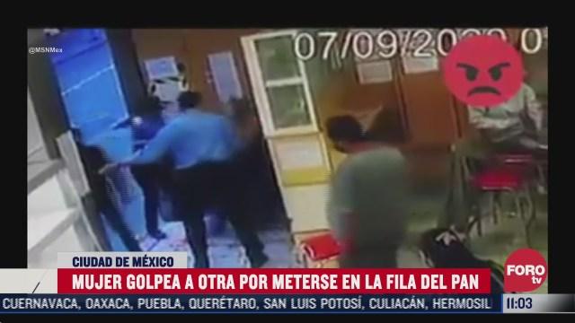ladyagresiva golpea a una mujer por meterse a la fila del pan