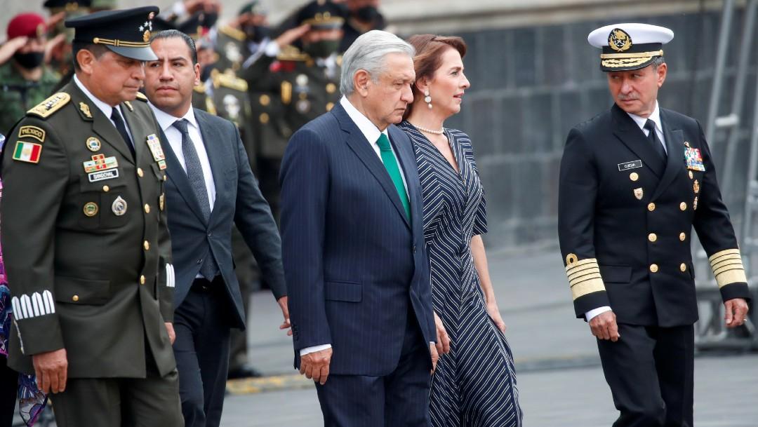 López Obrador y su esposa en desfile militar