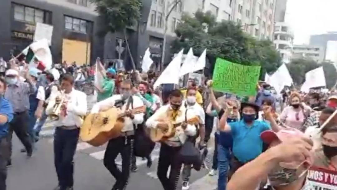 Un grupo de simpatizantes del presidente López Obrador marcha en dirección al Zócalo