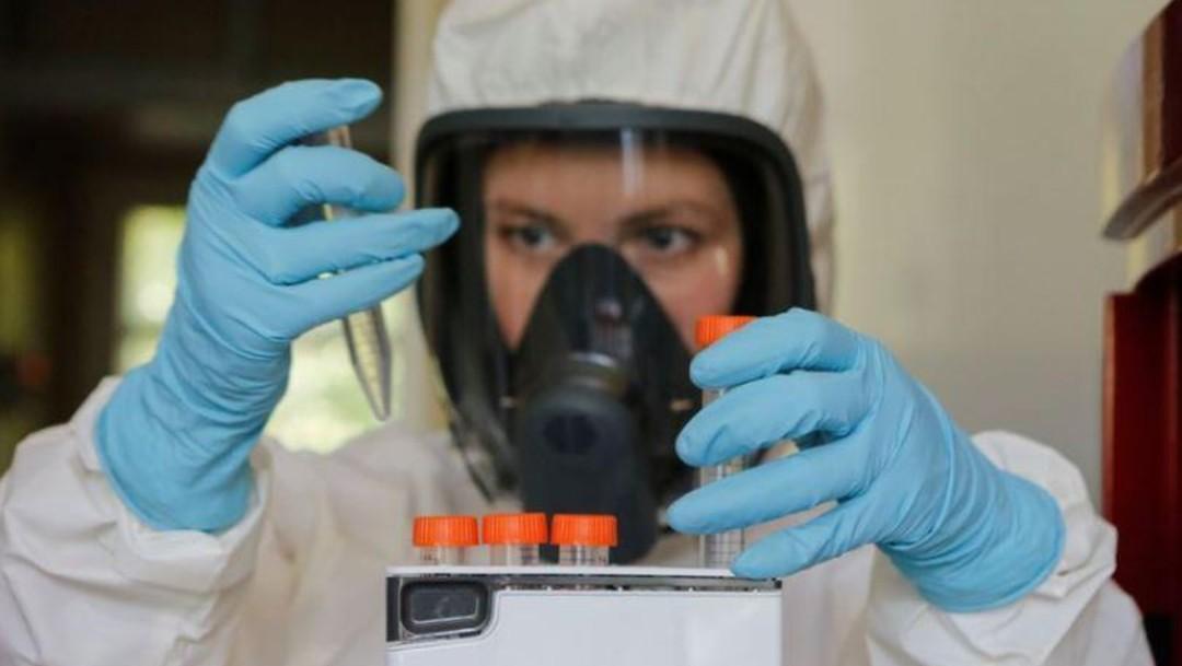 Mujer durante estudios de laboratorio para vacuna contra COVID-19
