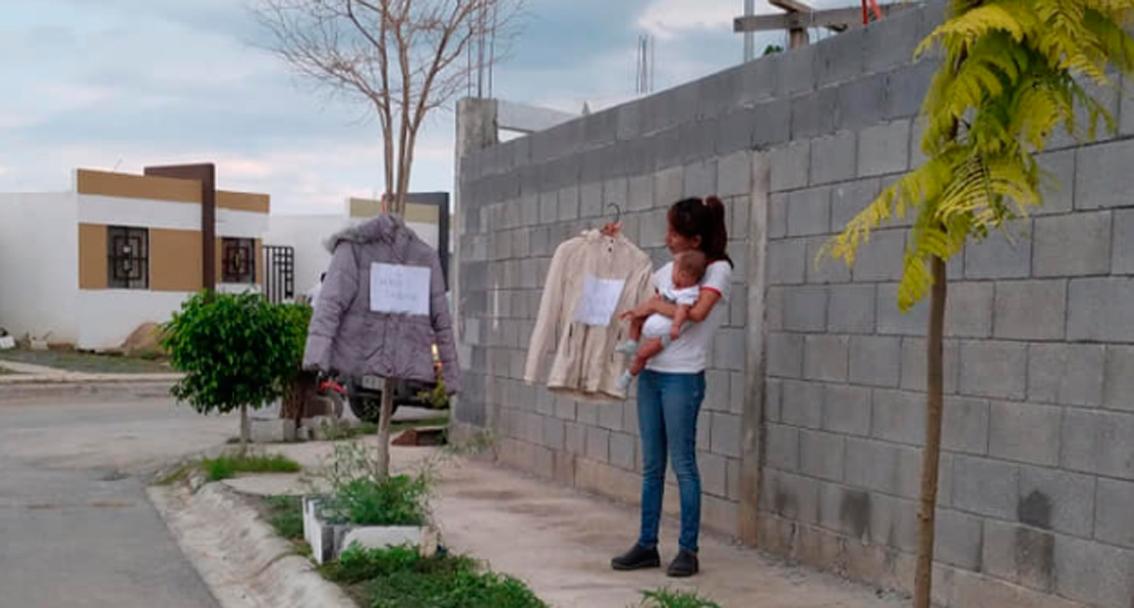 Mujer recibe ayuda tras intercambiar ropa por pañales o despensa