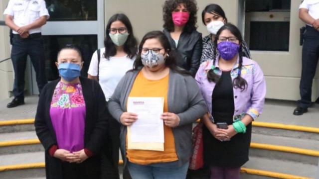 Mujeres del partido Morena protestan en el INE
