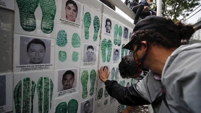Familiares de los 43 estudiantes desaparecidos de Ayotzinapa protestan afuera de las instalaciones de la FGR