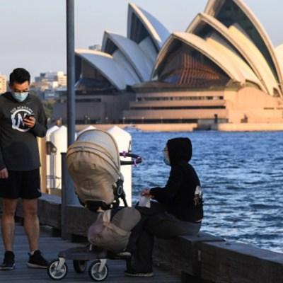Una familia descansa cerca de la Opera de Australia