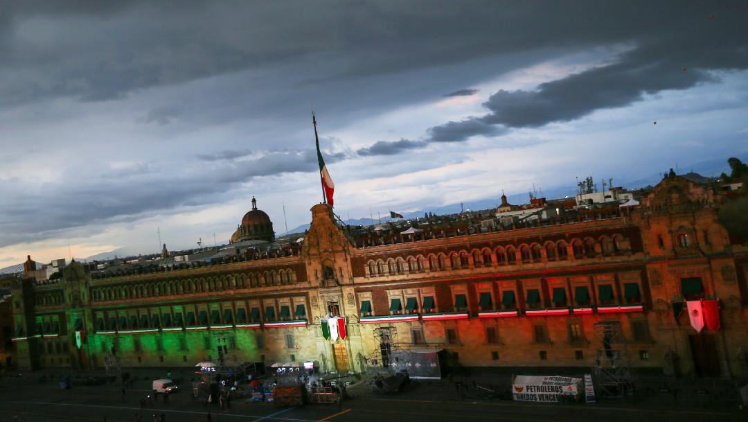 Palacio Nacional iluminado previo a la celebración de la Ceremonia del Grito de la Independencia en el Zócalo de CDMX