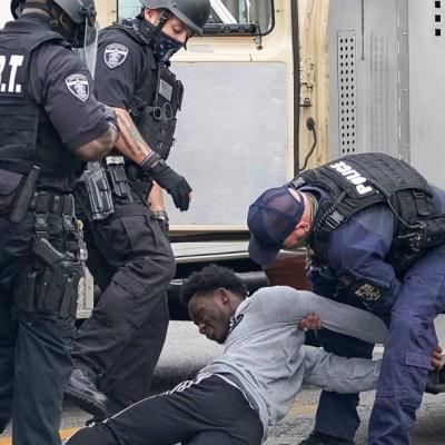 Policías heridos y decenas de detenidos durante disturbios raciales en Louisville