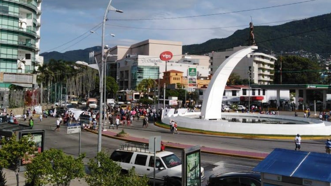 Prestadores de servicios desquician la costera Miguel Alemán, en Acapulco