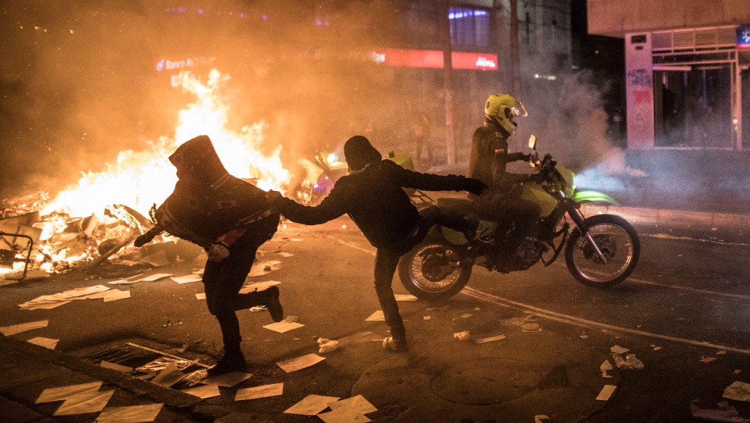 Protestas en Colombia, personas corren