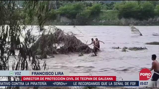 rescatan a dos hombres arrastrados por la lluvia en tecpan guerrero