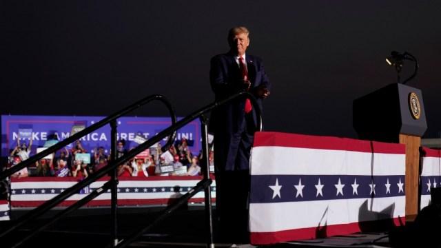 Trump desafía las normas sobre COVID-19 con un mitin en Nevada