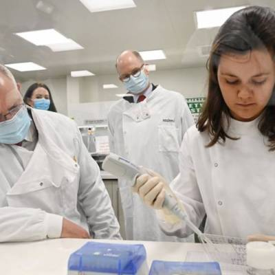 Segunda voluntaria de vacuna para COVID-19 de AstraZeneca desarrolla enfermedad neurológica