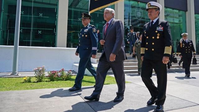 El presidente Andrés Manuel López Obrador camina junto a los secretarios de la Sedena, Luis Cresencio Sandoval, y Marina José Rafael Ojeda