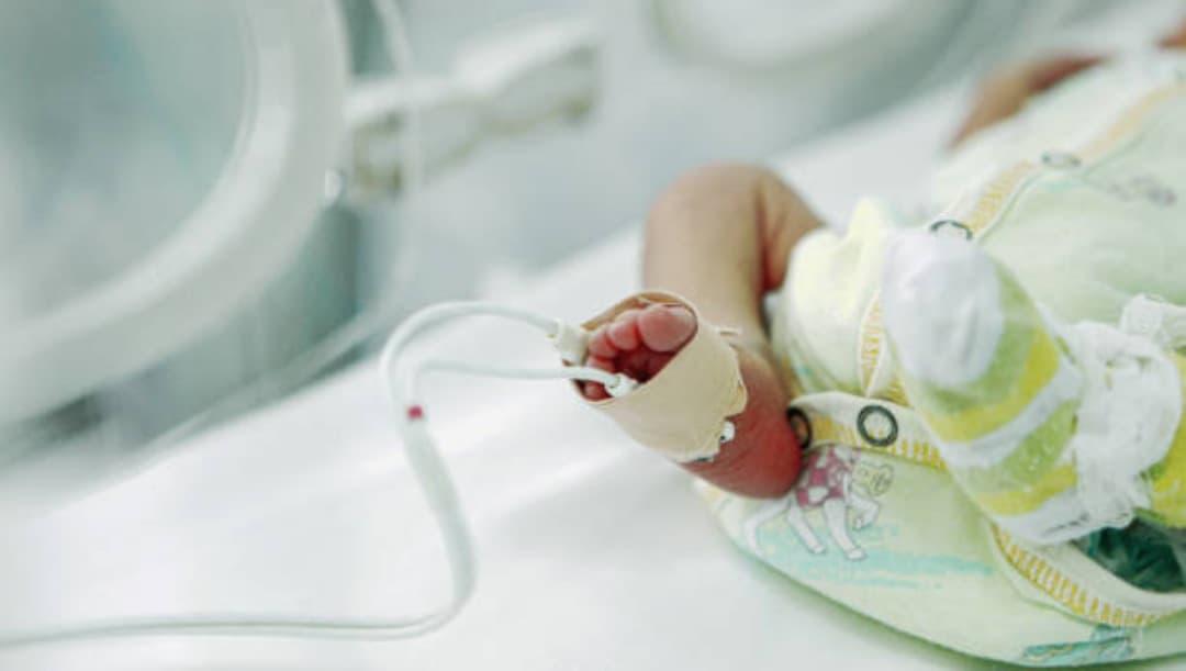 Descubren a bebé vivo en morgue del IMSS en Puebla