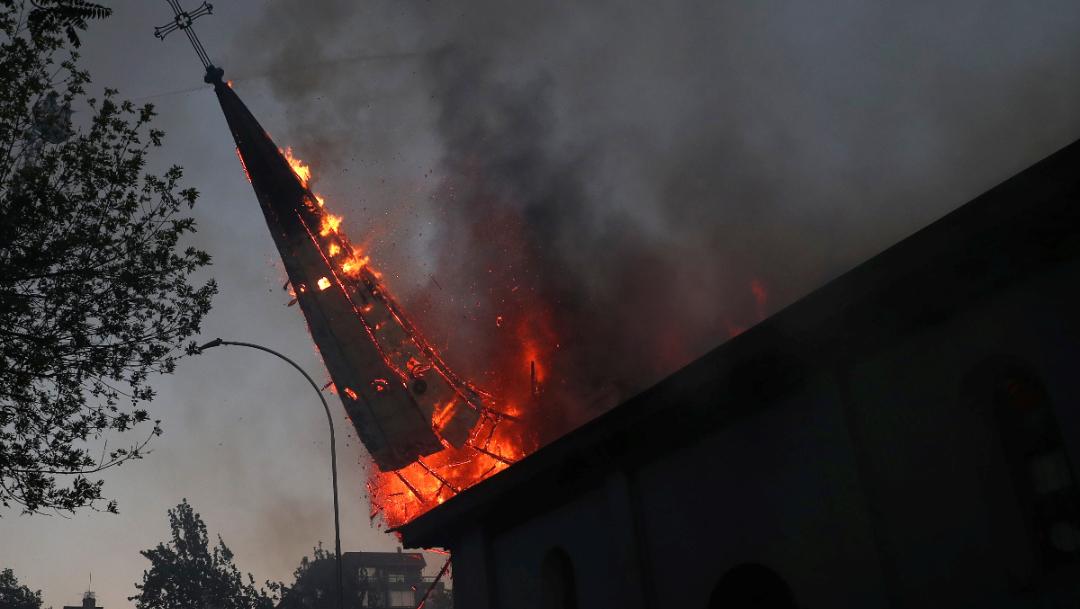 Queman iglesia de la asunción en chile y cae la cúpula