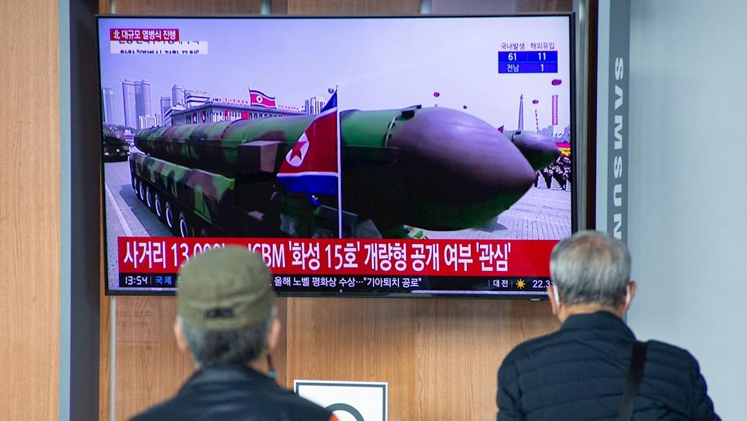 Corea del Norte exhibe nuevo misil intercontinental más grande y de mayor alcance