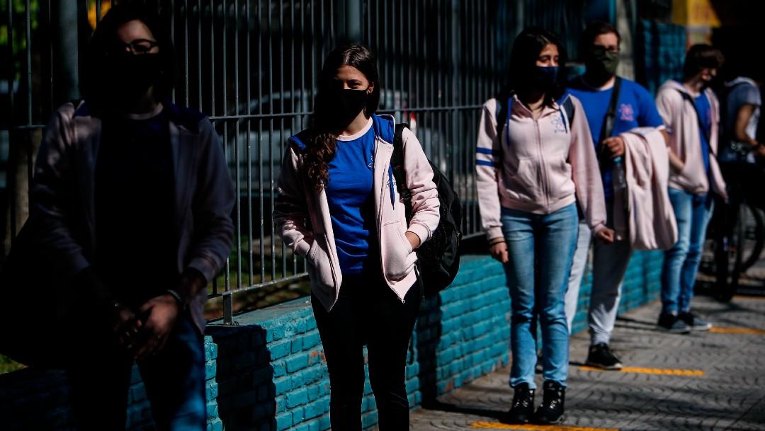 Estudiantes con cubrebocas en Argentina