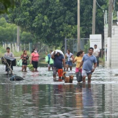Habitantes de Astapa, en Tabasco, duermen en carretera tras seis días de inundaciones