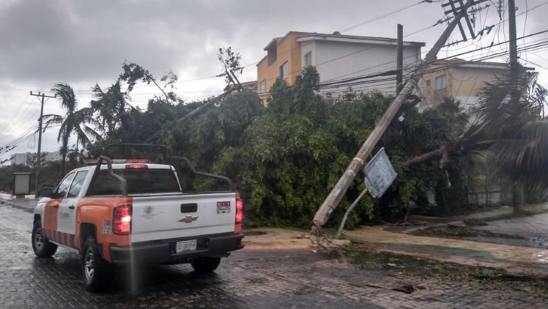 Habitantes de Quintana Roo evalúan daños tras paso del huracán 'Delta'.