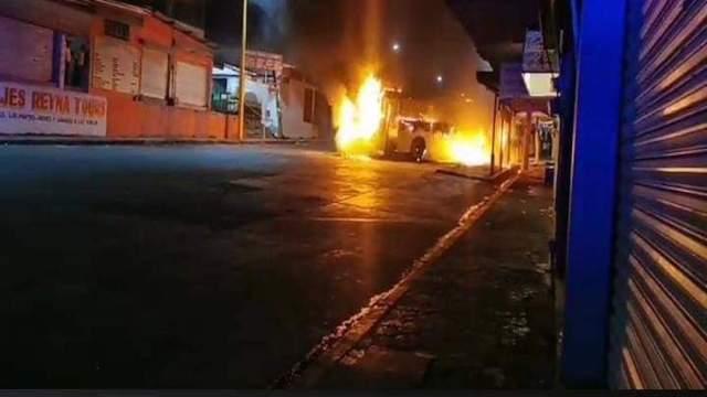 Hombres armados queman vehículos y realizan bloqueos en Acayucan, Veracruz