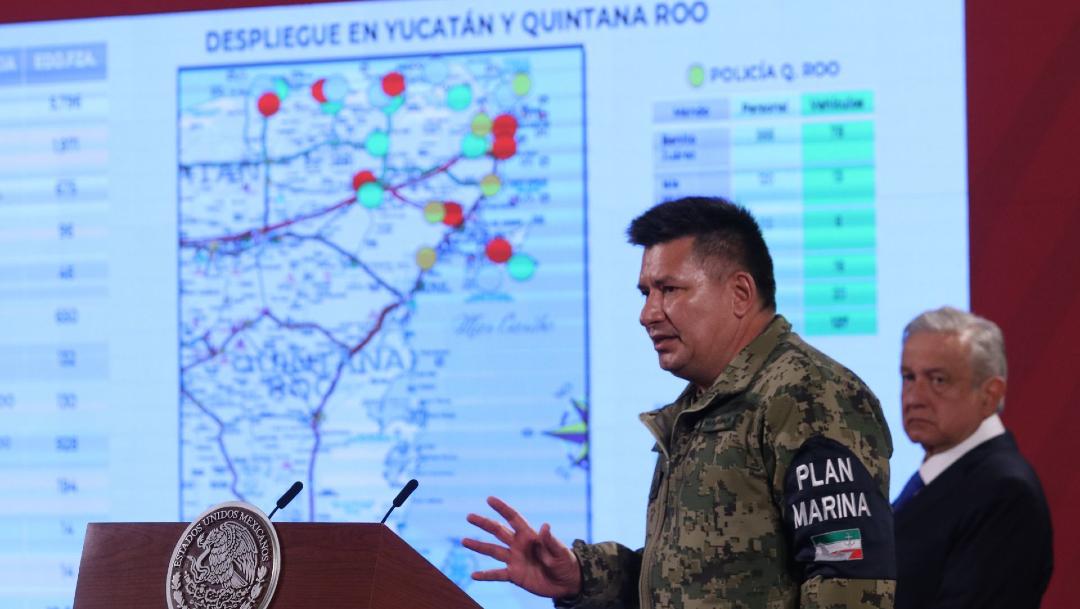 Juan Carlos Vera, titular de la Unidad de Planeación y Estrategia de la Semar, y Andrés Manuel Löpez Obrador durante la conferencia de prensa