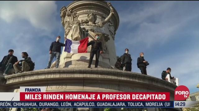 miles rinden homenaje a profesor decapitado en francia