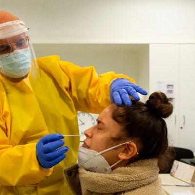 Mujer se somete a prueba de COVID-19 en España