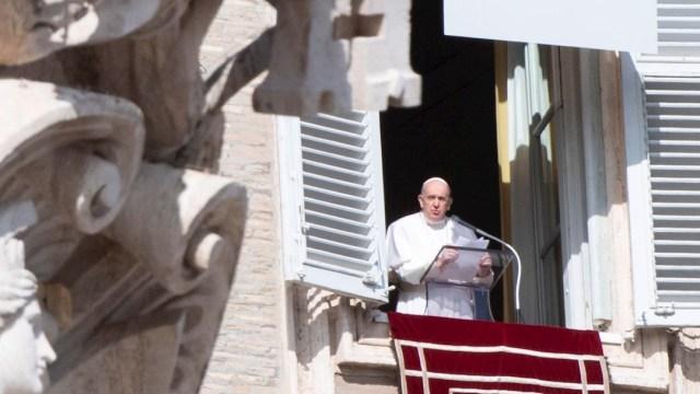 El papa Francisco durante el rezo del ángelus desde la ventana del palacio pontificio