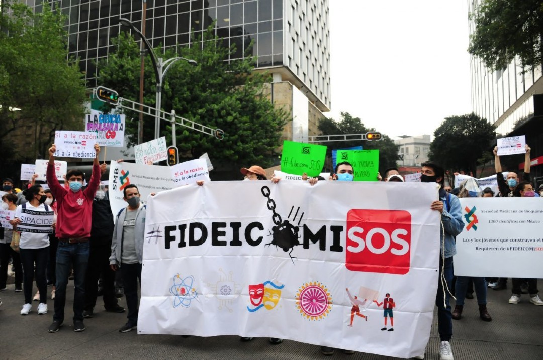 Protestan afuera del Senado contra extinción de fideicomisos – Noticieros  Televisa