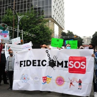 Protestan afuera del Senado contra extinción de fideicomisos
