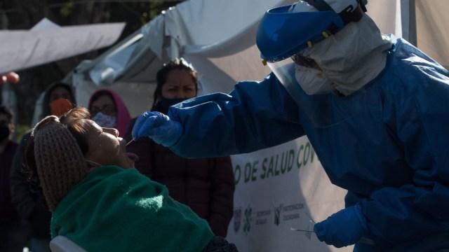 Vecinos de la alcaldía Iztapalapa continúan asistiendo a realizarse la prueba PCR para la detección de coronavirus COVID-19