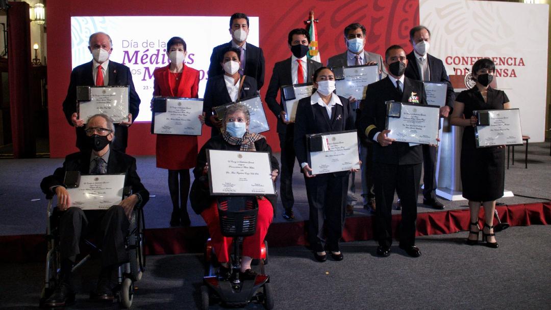 AMLO entrega reconocimientos a médicos por su trayectoria