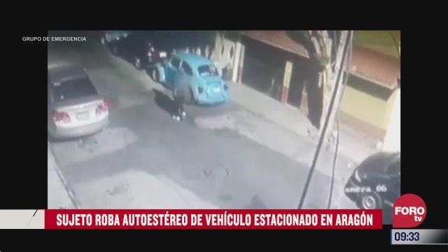 sujeto se roba autoestereo por la ventana de un carro