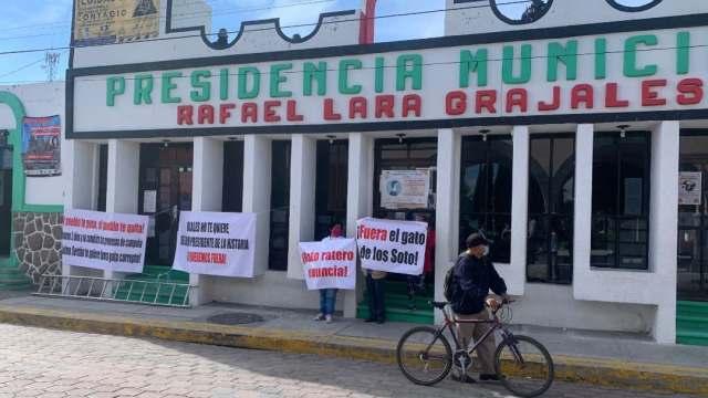 Manifestantes toman Ayuntamiento de Rafael Lara Grajales y exigen renuncia del alcalde