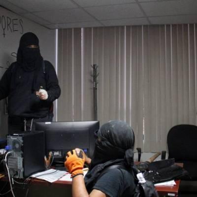 Un grupo de feministas encapuchadas mantiene tomadas las instalaciones del Colegio de Bachilleres de avenida Fray Servando