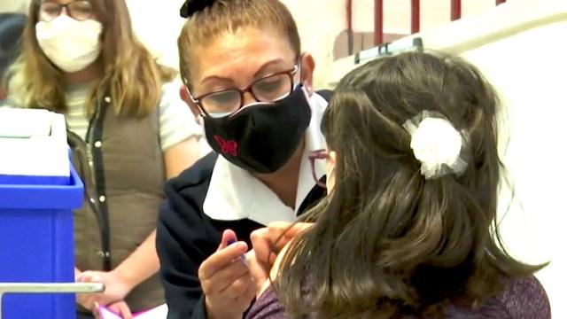 Como nunca, capitalinos hacen largas filas para vacunarse contra la influenza