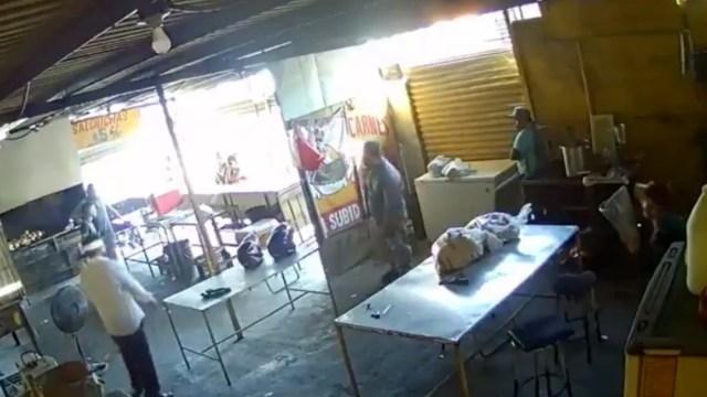 Liberan a empleado de rosticería que asesinó a extorsionador