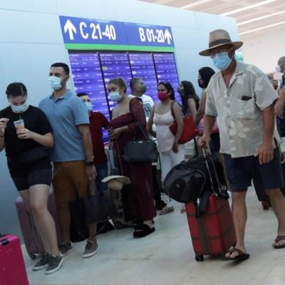 Viajeros en el aeropuerto de Cancún