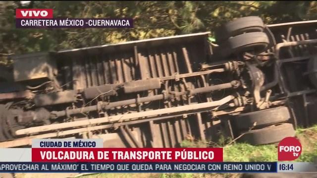 autobús de transporte público volcó sobre la carretera México-Cuernavaca