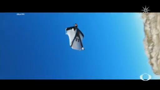 atleta vincent cotte salta de acantilado en medio de drones