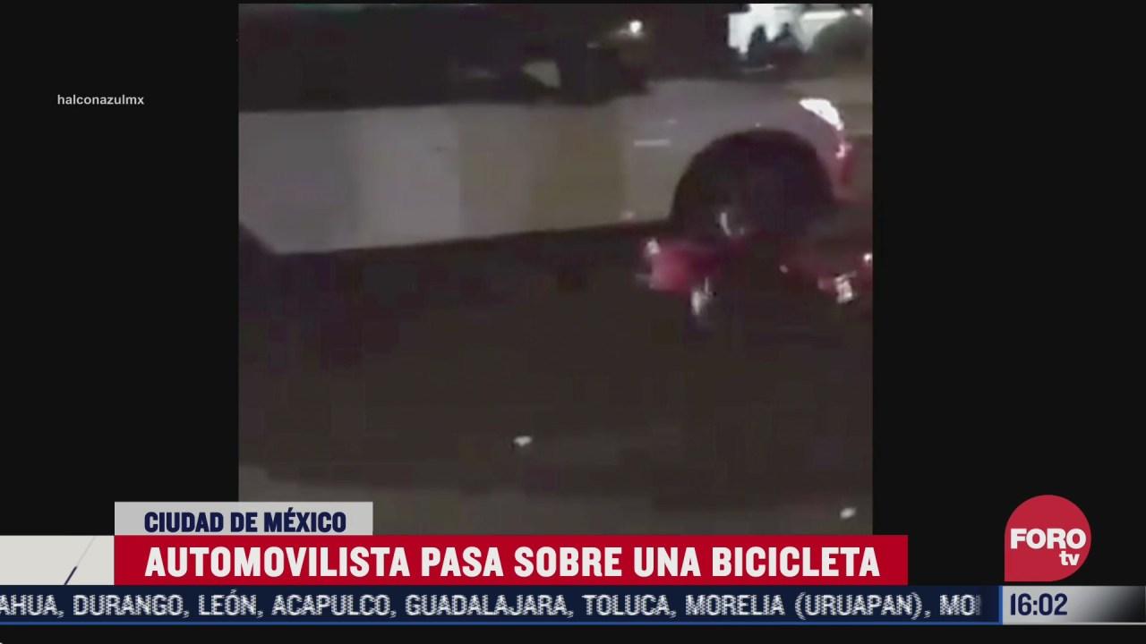automovilista pasa encima de una bicicleta en cdmx