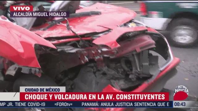 choque y volcadura en avenida constituyentes deja dos lesionados