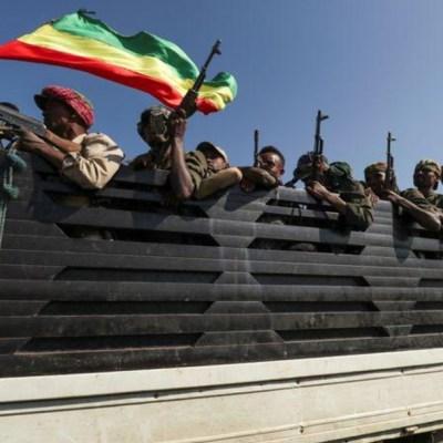 Elementos del Ejército de Etiopía son transportados en una camioneta