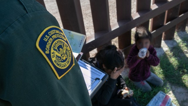 Juez ordena al Gobierno Trump frenar expulsión de niños migrantes no acompañados