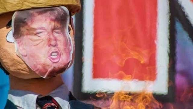 Migrantes queman piñatas de Trump en Tijuana