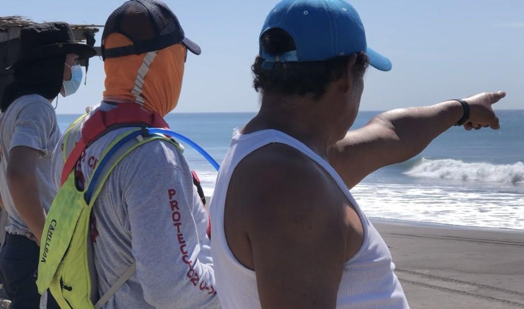Ola arrastra a joven en Colima, buscan su cuerpo